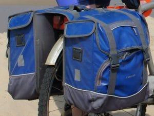 Sacoches bleues (étanches et offrant un large volume de rangement) de marque Cordo qui s'attachent au vélo par scratchs.
