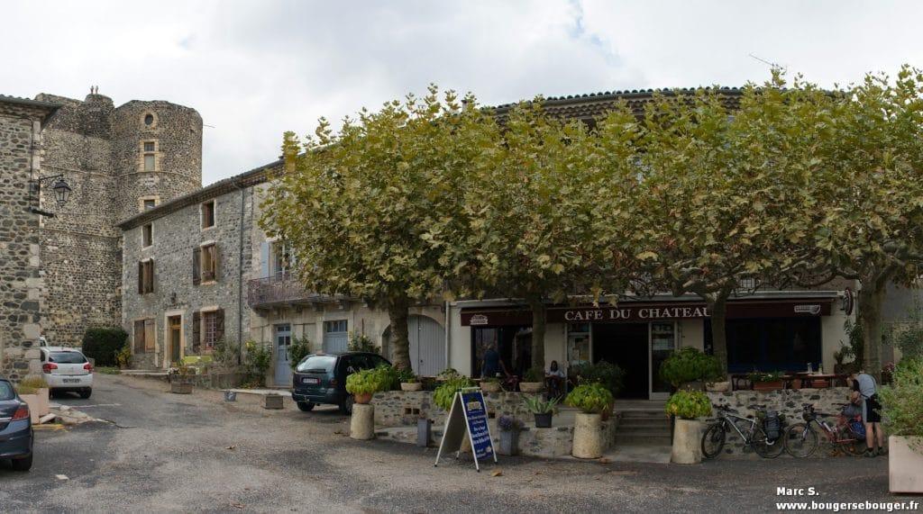 Rando vélo en Ardèche en 2013. Arrêt au café dans un village : ravitaillement en eau, boisson chaude ou froide...
