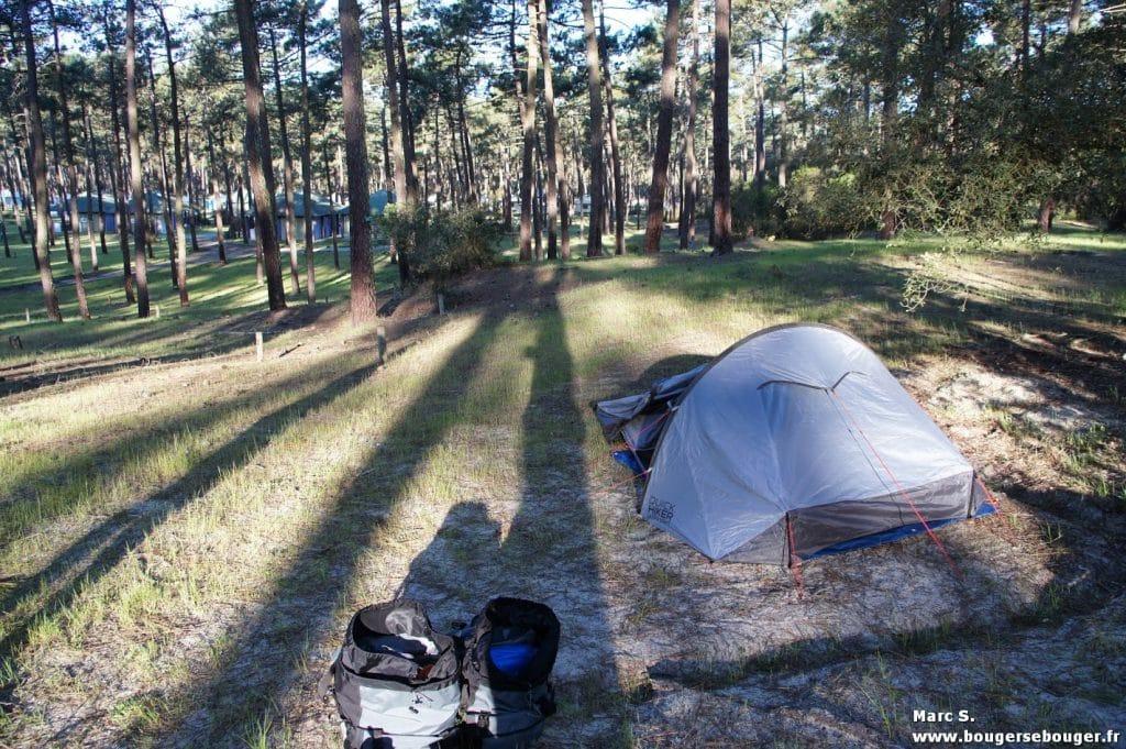 Tente lors d'un bivouac (rando vélo Saintonge - Médoc - Sud-Charente, 2014)... en camping !