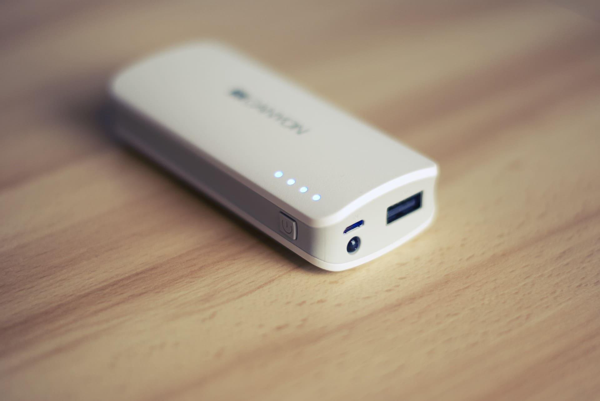 Batterie externe de secours pour recharger un smartphone, un appareil photo, une cigarette électronique, une lampe torche... Une solution pratique pour les voyages avec escales ou les sorties courtes à vélo (photo StockSnap dans le domaine public)