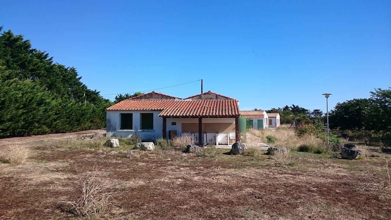 Ancien camping abandonné de l'île de Ré - Vue de l'ensemble des bâtiments (bloc sanitaire principal, salle des fêtes, etc.)