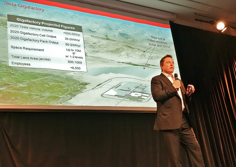 "Elon Musk présentant la giga-usine ""Gigafactory"" en 2014 (photo par Steve Jurvetson diffusée sous le titre ""Elon Musk describing the Tesla Gigafactory"" sur Flickr en licence Creative Commons https://creativecommons.org/licenses/by/2.0/)"