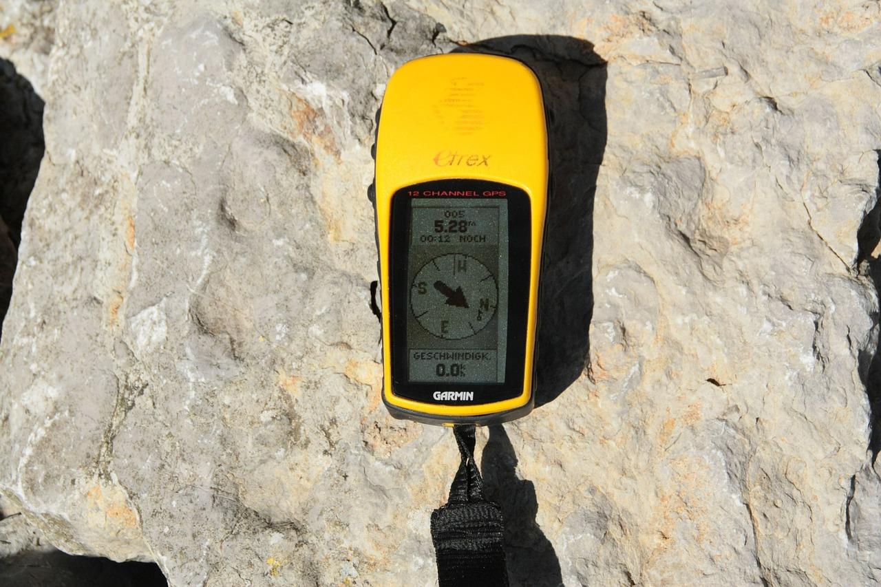 Un GPS Nature de marque Garmin sur de la roche : un appareil qui peut être remplacé par un smartphone et des applis vélo comme Google maps, Viewranger ou Géovélo