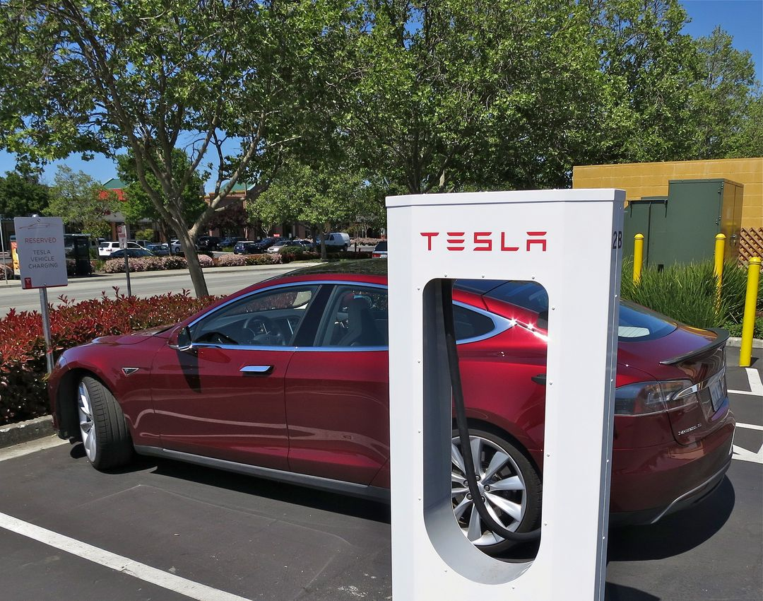 "Une Model S branchée à un superchargeur Tesla Motors en 2013 (photo par Steve Jurvetson diffusée sous le titre ""Tesla Supercharging in Gilroy"" sur Flickr en licence Creative Commons https://creativecommons.org/licenses/by/2.0/)"