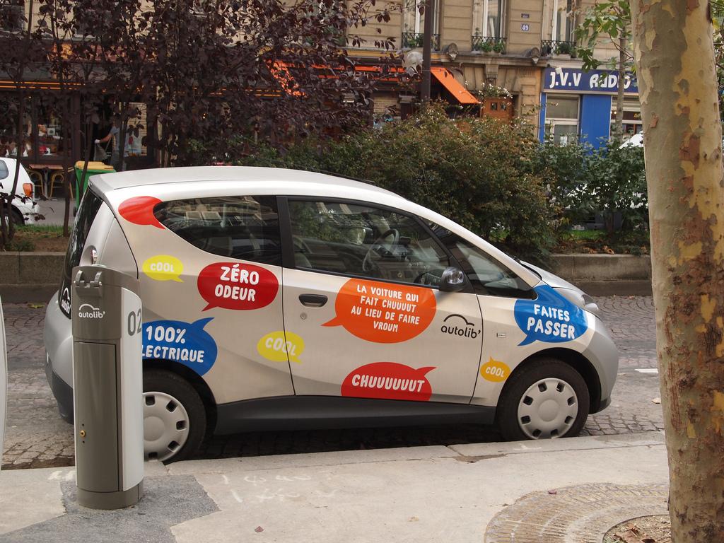 """Un véhicule Bluecar de Blue Solutions (groupe Bolloré) du service d'autopartage en """"trace directe"""" Autolib en région parisienne (photos par Francisco Gonzalez diffusée sur Flickr sous licence Creative Commons 2.5 - http://creativecommons.org/licenses/by/2.5/)"""