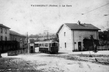 Le FOL ou Fourvière Ouest Lyonnais à la gare de Vaugneray Maisons-Blanches avant la montée vers le centre du bourg par une voie en accotement.