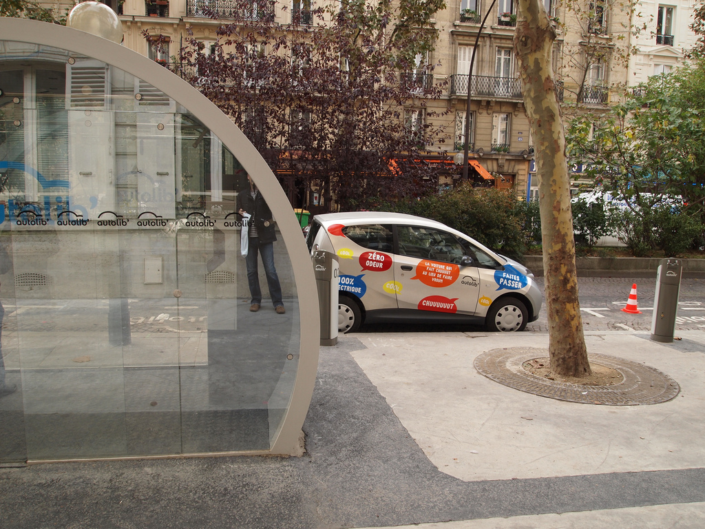 "Un véhicule Bluecar de Blue Solutions (groupe Bolloré) du service d'autopartage en ""trace directe"" Autolib en région parisienne garé près d'une station permettant les inscriptions à distance (photos par Francisco Gonzalez diffusée sur Flickr sous licence Creative Commons 2.5 - http://creativecommons.org/licenses/by/2.5/)"