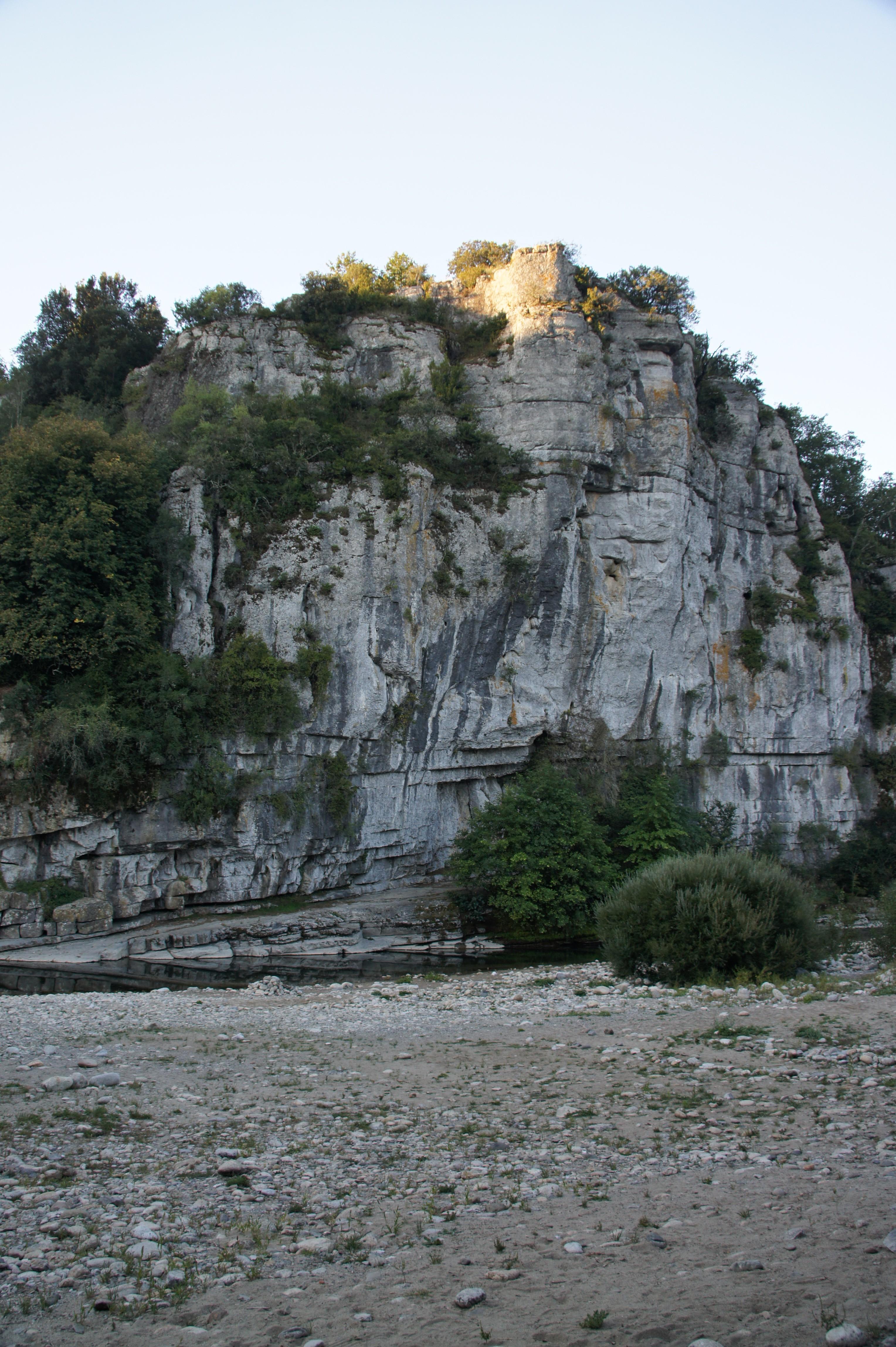 Falaise près du village de caractère de Labeaume (Ardèche), septembre 2013 (crédit photo : Marc Sivignon)