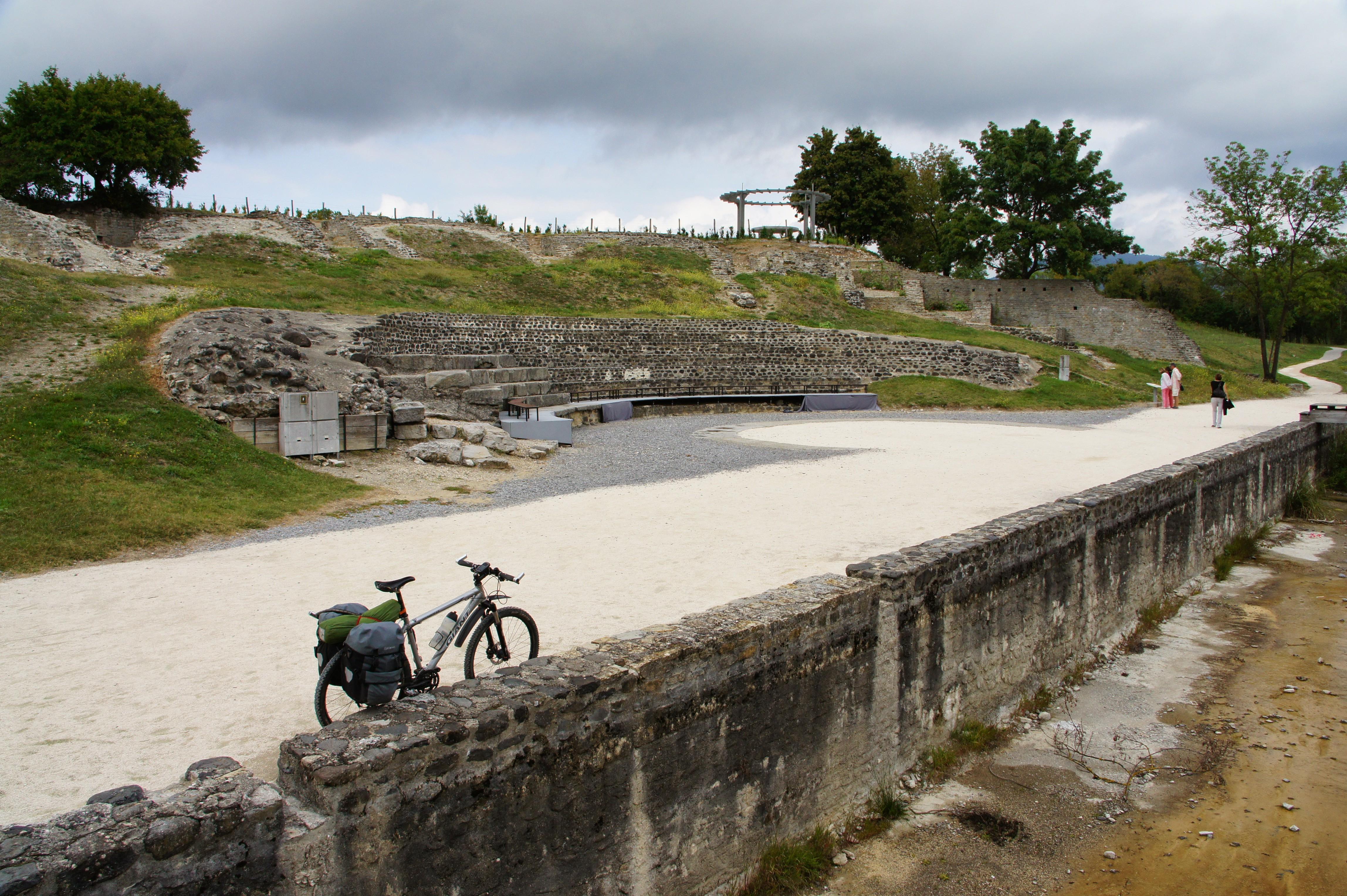 Les ruines du théâtre antique d'Alba-la-Romaine (Ardèche) en septembre 2013 à l'occasion d'une rando vélo entre plateau du Sud-Ardèche et vallée du Rhône (crédit photo : Marc Sivignon)