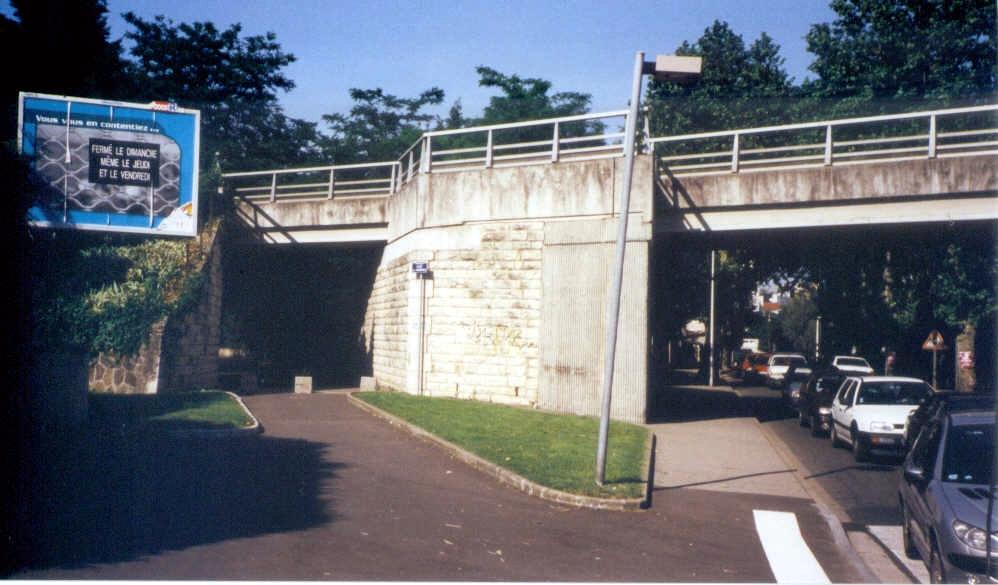 2002 à Alaï (à proximité de Lyon 5e, Tassin-la-Demi-Lune et Francheville), vestige du passage de la voie ferrée d'intérêt local FOL depuis Lyon Saint-Just vers Mornant ou Vaugneray sous la voie ferrée d'intérêt national entre Paray-le-Monial et Givors.
