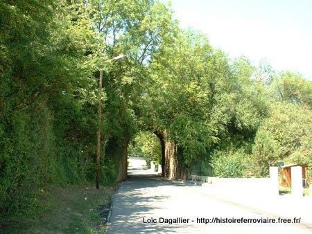 Francheville (Bel-Air), vestige de l'accès de la voie ferrée FOL depuis Mornant ou Vaugneray vers Lyon Saint-Just. Le viaduc d'Alaï se trouvait sur la droite de la photo.