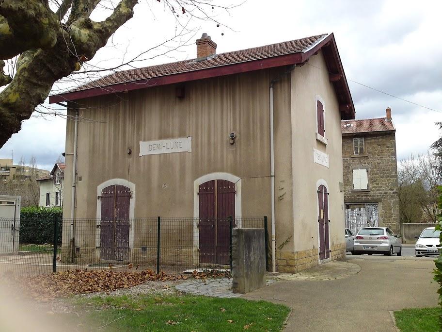 En 2009, photo d'un centre social dans l'ancienne gare de la Demi-Lune (commune de Tassin-la-Demi-Lune)... détruite 2 ans plus tard !