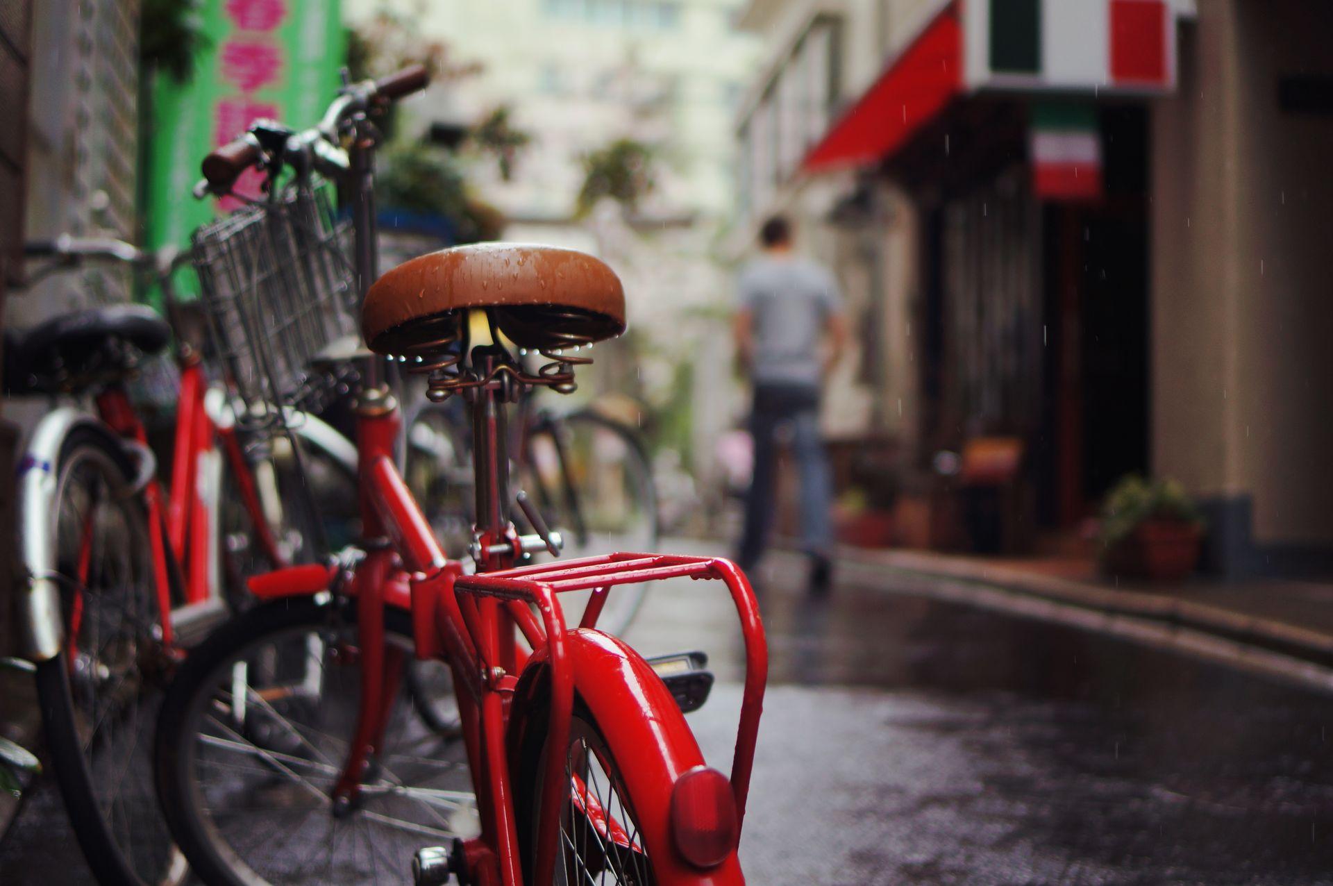 En ville, un vélo sous la pluie