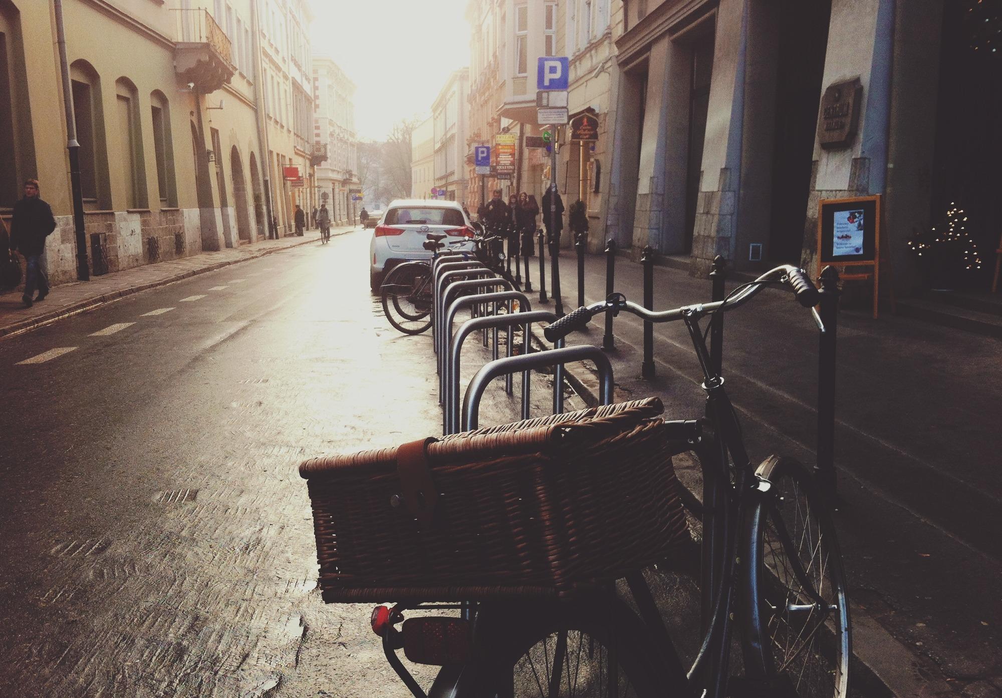 Un vélo de ville accroché à un arceau dans la rue d'une agglomération