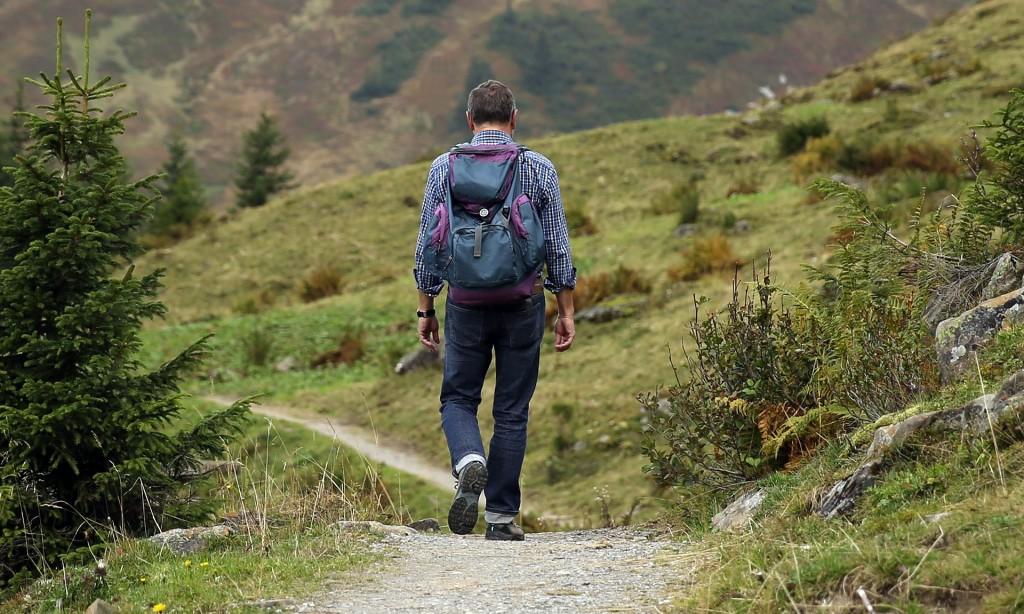 Un randonneur seul dans la montagne (photo par Hermann Traub)