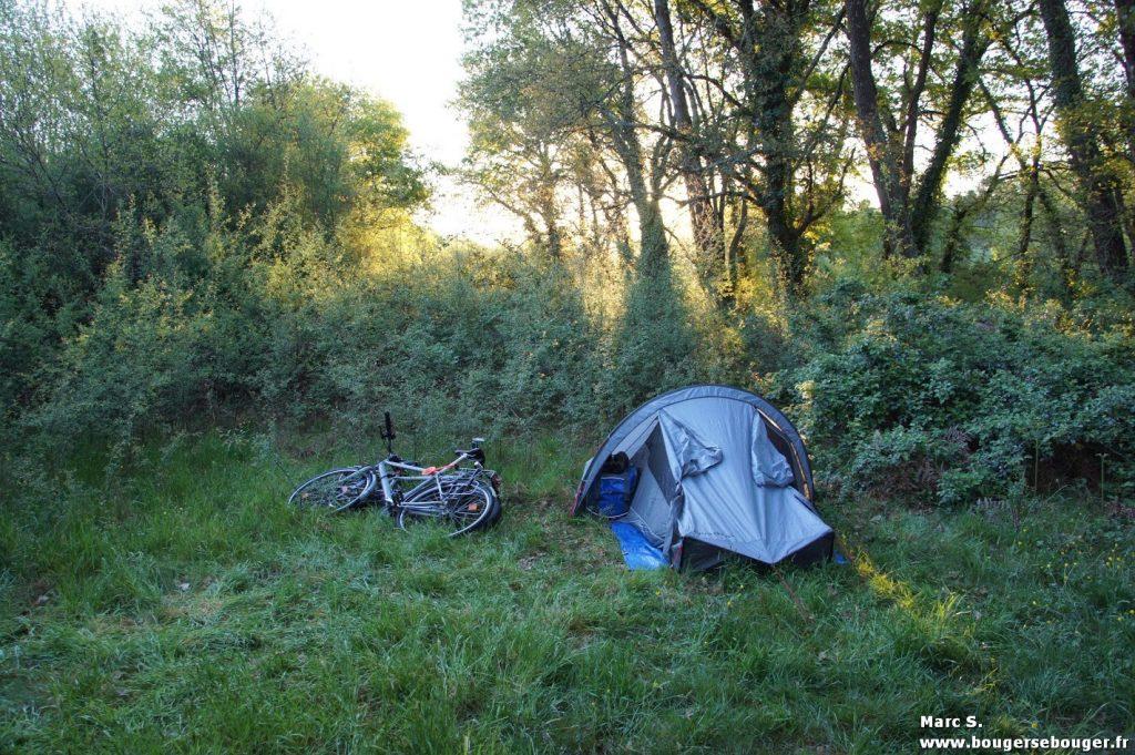Tente lors d'un bivouac (rando vélo Saintonge - Médoc - Sud-Charente, 2014)