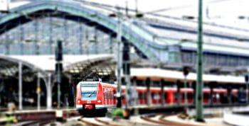 Un train allemand de la Deutsche Bahn quitte la gare de Cologne. Il accueille certainement les vélos non démontés, comme la plupart des trains Intercités ou équivalents (photo pixel2013 - domaine public)