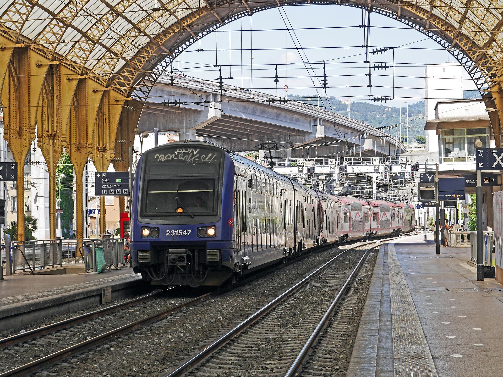 Un TER de la SNCF en gare de Nice. Normalement, tant que vous n'avez ni tandem, ni carriole / remorque, vous pouvez l'emprunter avec votre vélo non démonté (photo de hpgruesen - domaine public)