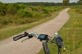 Un deux-roues non motorisé équipé d'un ordinateur vélo sur un chemin en pleine Nature (photo MrsBrown - domaine public)