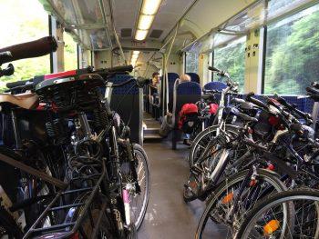 Un train régional type TER accueillant de nombreux vélos non démontés (photo de pfeiffed - domaine public)