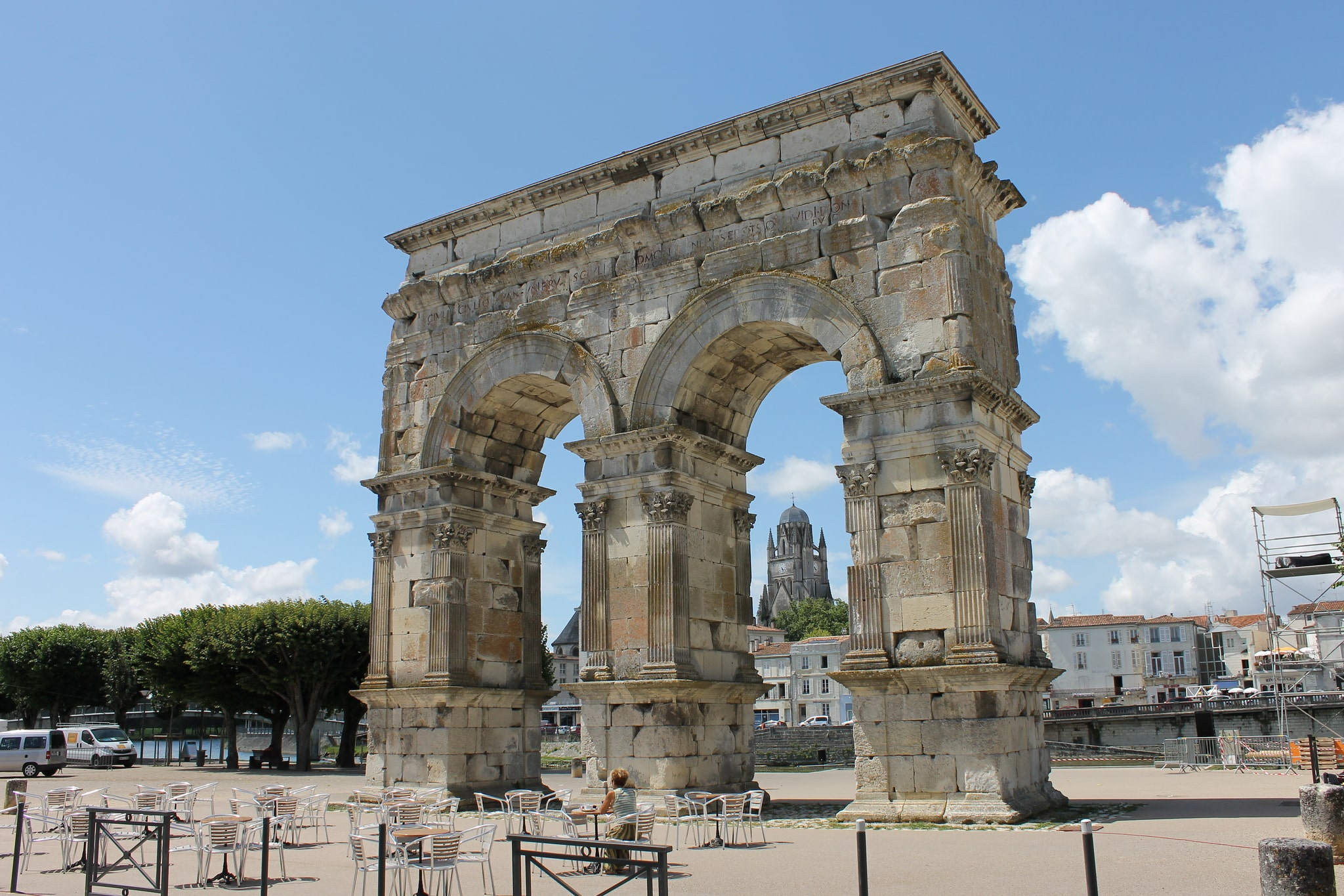 """Place Bassompierre à Saintes avec l'Arc de Germanicus et, en arrière-plan, la Cathédrale Saint-Pierre - rando vélo entre Charentes, Saintonge et Médoc (photos de """"Tales of a wanderer"""" sur Flickr en licence CC BY-NC 2.0)"""