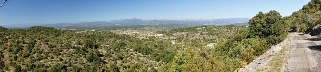Une vue des hauteurs du plateau du Sud-Ardèche prise à l'occasion d'une rando vélo dans les environs de Ruoms, Labeaume, Pradons, Voguë (crédit photo : Marc Sivignon)