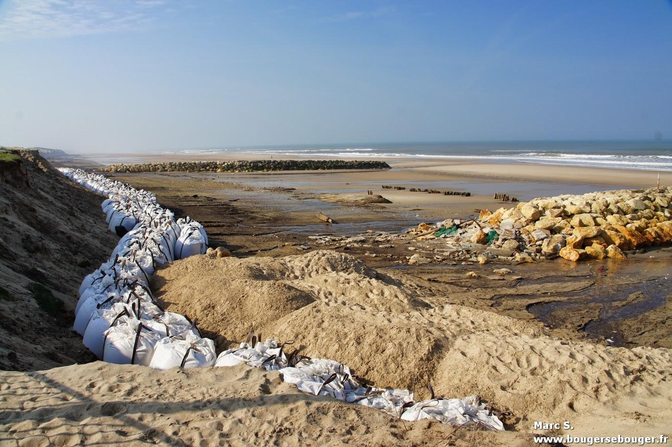 Lors d'une rando vélo entre Charentes, Saintonge et Médoc, vue de la plage de Soulac-su-Mer en avril 2014, quelques semaines après une tempête ayant ravagé la dune et la jetée.