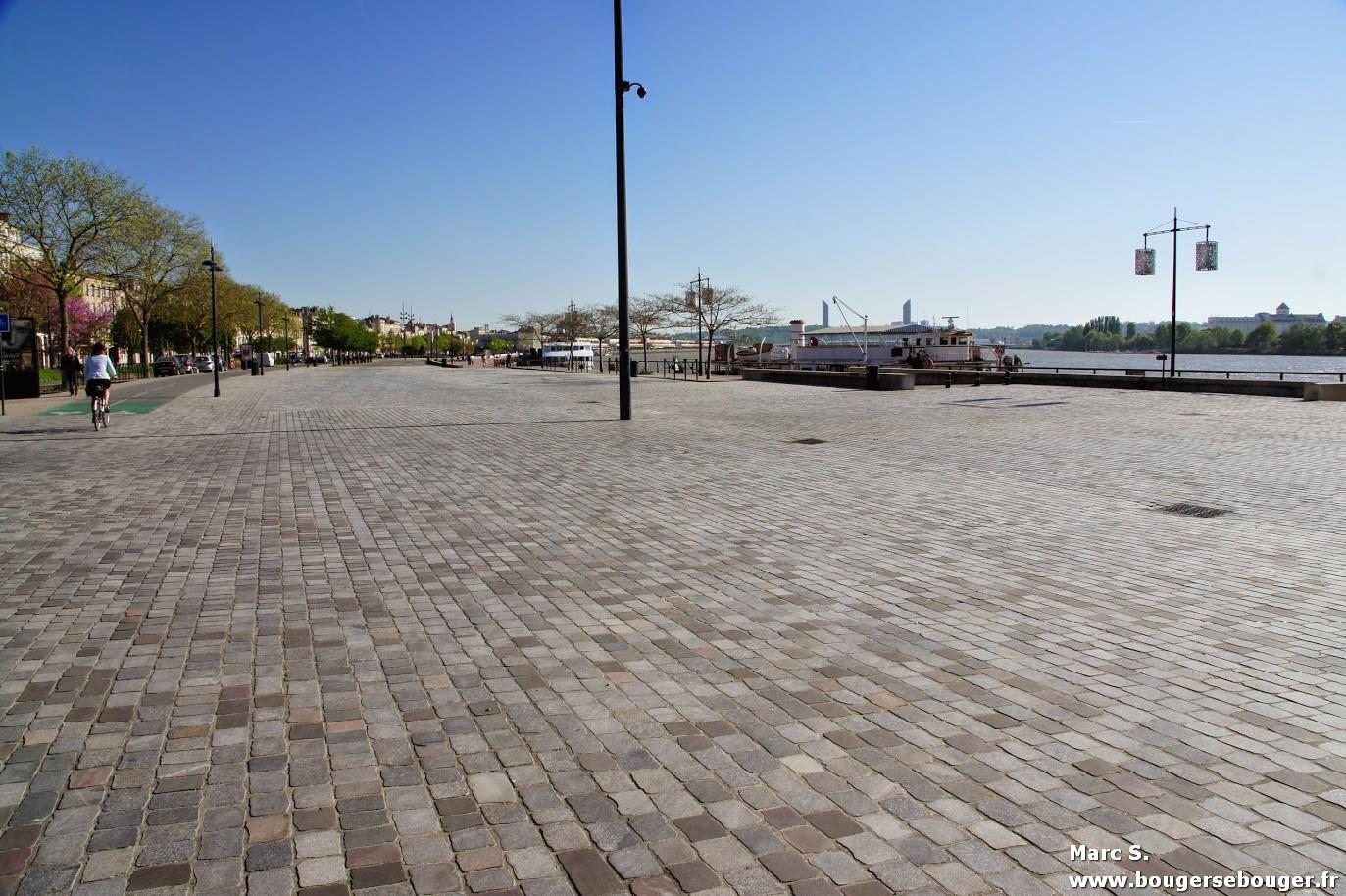 Lors d'une rando vélo entre Charentes, Saintonge et Médoc, passage à Bordeaux. La ville réaménagée est très agréable.