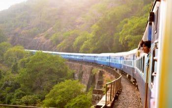 Un train sur un viaduc dans la campagne. En France, ce genre de train ne peut pas être trouvé avec n'importe quel moteur de recherche d'itinéraire ! (photo par Unsplash - domaine public)